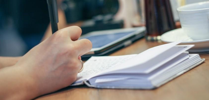 Main écrivant dans cahier - photo concept apprentissage