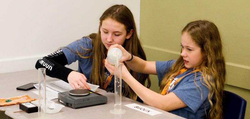 Deux jeunes filles font une expérience scientifique
