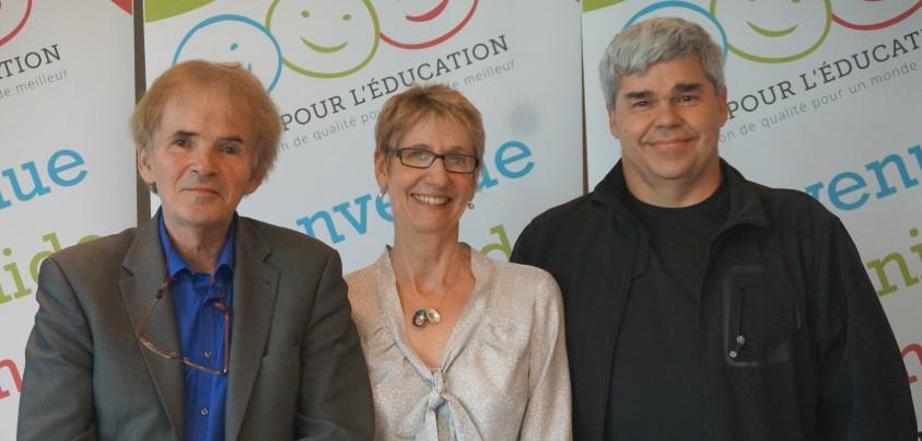 Trois congressistes souriants