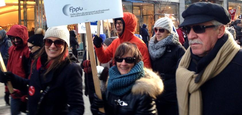 Membres de la FPPU manifestant contre la politique d'austérité budgétaire dans les universités
