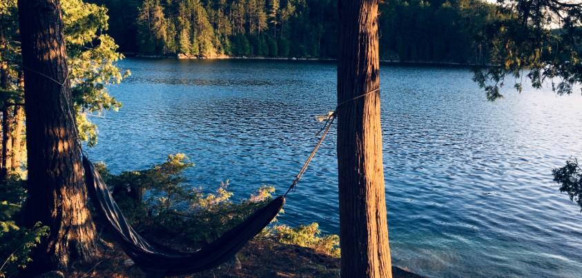 Un hamac devant le lac Vert, en Outaouais